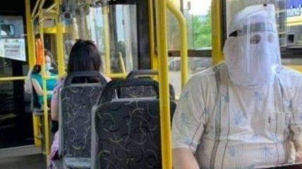 """""""Зато надёжно"""": в киевском троллейбусе заметили мужчину в супер-маске (фото)"""