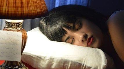 Главные причины никогда не спать с косметикой на лице