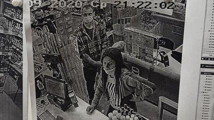 Били в грудь и в лицо с локтя: в супермаркете Киева охрана поиздевалась над покупателем (фото)