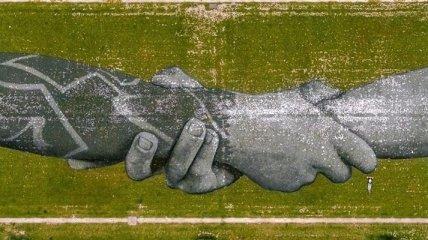 На Марсовом поле возле Эйфелевой башни в Париже разрисовали поле (Видео)