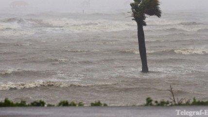 """Ураган """"Исаак"""" может преобразоваться в тропический шторм"""