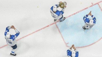 Журналист съел газету, в которой критиковал сборную Финляндии по хоккею (Видео)