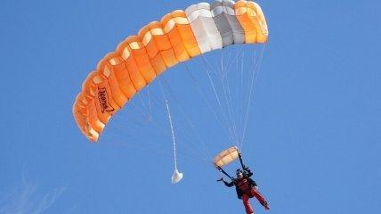 В Одесі хлопець стрибнув з балкона 24-поверху: від смерті його врятував парашут (відео)