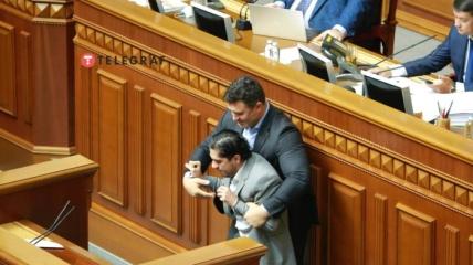 Николай Тищенко устроил потасовку с Гео Леросом за трибуной Рады