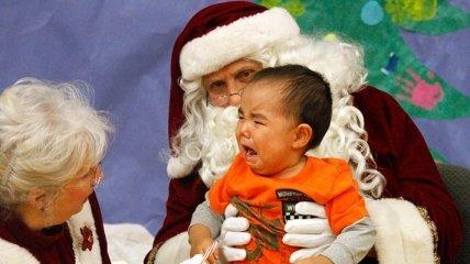 Нелепая реакция испугавшихся детей на Деда Мороза (Фото)