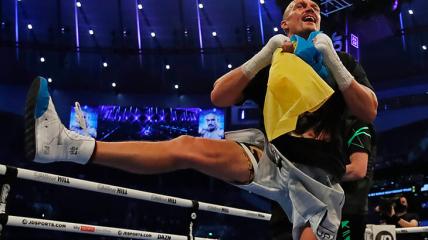 Олександр Усик станцював гопак з прапором України після перемоги