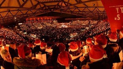 Грандиозное празднование Рождества на футбольном стадионе (Видео)