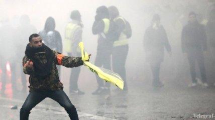 """""""Желтые жилеты"""" в Париже вынудили полицию применить водометы"""