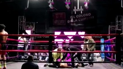 Боксер в весе Ломаченко вырубил соперника одним ударом (видео)