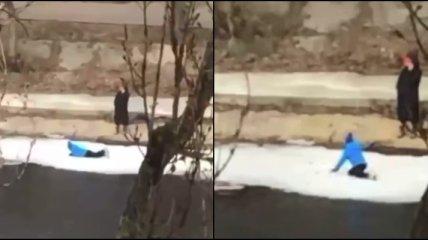 Ребенок играл на льдине, пока мама болтала по телефону: видео разгневало сеть