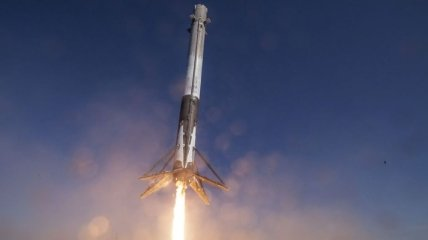 SpaceX провела пуск ракеты-носителя Falcon 9 с десятью спутниками