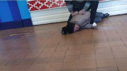 Пьяная мать второклассника разбила нос завучу школы: видео и подробности скандала в Мариуполе