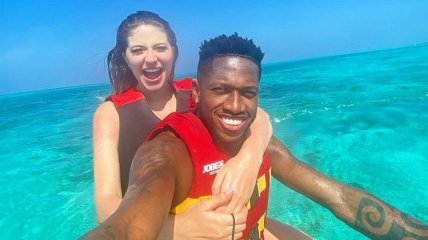 Вратарь Ливерпуля в своем бассейне крестил супругу экс-футболиста Шахтера (Видео)