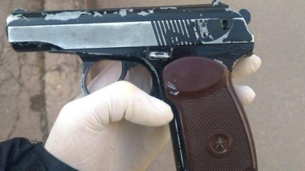 В Виннице пьяный мужчина угрожал пистолетом собственной дочери