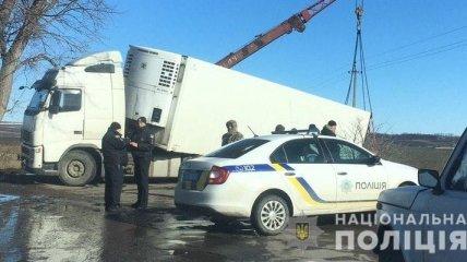 В Черновицкой области спасатели вытаскивали водителя грузовика, который попал в кювет
