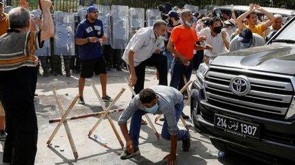В Тунисе протест у здания парламента перерос в столкновения, в ход пошли камни и бутылки: в чем причина (фото, видео)