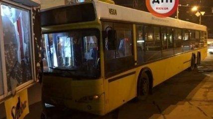 В Киеве водителю автобуса с людьми стало плохо: авто врезалось в магазин