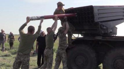 """Украинские военные показали, как будут отвечать на обстрелы врага новыми реактивными снарядами для """"Града"""" (видео)"""