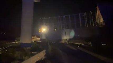 Грузовик зацепился кузовом.