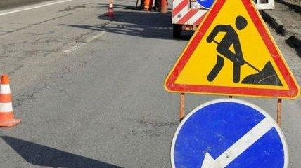 В Ужгороде ремонтируют ямы на дорогах землей (Видео)