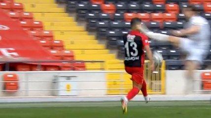 В Турции футболист ногой в прыжке нокаутировал соперника (видео)
