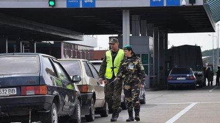 Сотни автомобилей застряли в очередях на западной границе Украины
