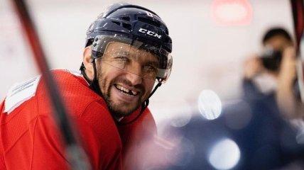 В НХЛ российский хоккеист ударил соперника клюшкой между ног (видео)