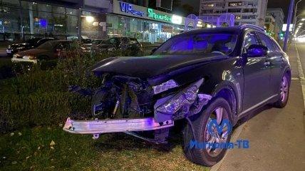 Водитель Infinity после аварии уехал домой на другом авто