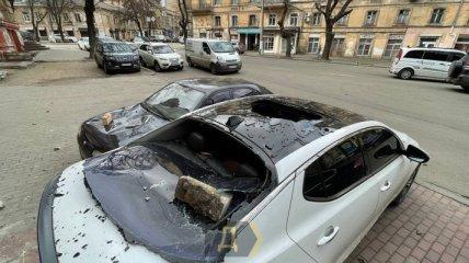 В центре Одессы разрушился фасад кинотеатра: пострадали припаркованные у здания машины (фото)
