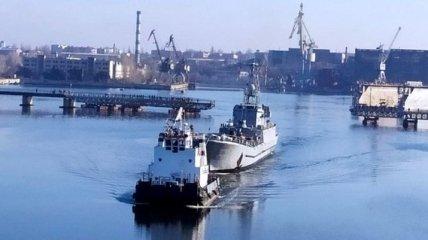 В Николаеве разводили мосты для ремонта десантного корабля (Видео)