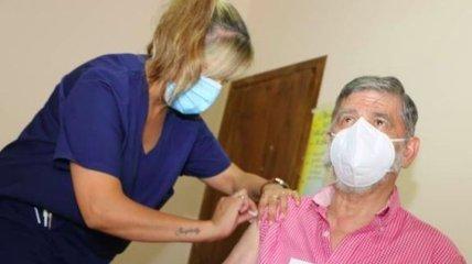Побочный эффект вакцины: в Аргентине мэр города прививался от Covid-19 с портретом Путина в руках (фото)