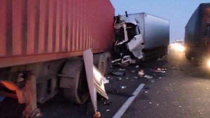 Три фуры после смертельной аварии заблокировали трассу под Одессой (видео с места)