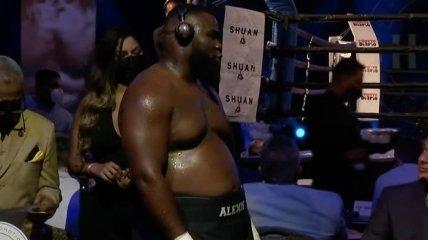 Боксер отправил непобедимого супертяжа в тяжелый нокаут (видео)