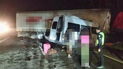Пять человек погибли и еще 20 пострадали: в полиции сообщили подробности ужасной аварии под Киевом