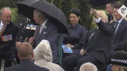 """Порыв ветра сделал из зонта Джонсона """"спутниковую тарелку"""" на траурной церемонии в Англии (видео)"""