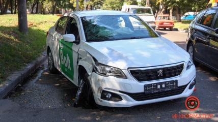 В результате опрокидывания автомобиля такси в Днепре пострадал водитель