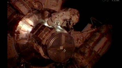 Астронавты проводят ремонтные работы в открытом космосе (Видео)