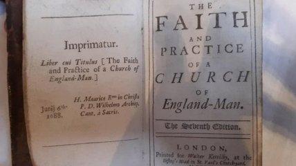 В Уэльсе в библиотеку вернули книгу, которую взяли почитать 300 лет назад (фото)