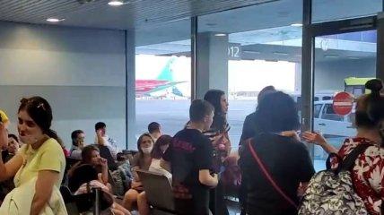 """Более полусуток в аэропорту: пассажиры рейса в Грузию целый день не могут вылететь из """"Борисполя"""" (видео)"""