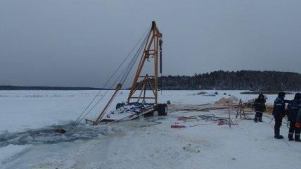 В России вслед за бензовозом и автокраном ушел под лед трактор