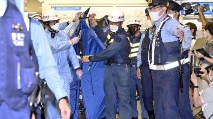 В Токио мужчина с ножом набросился на пассажиров поезда, а потом сдался полиции (видео)