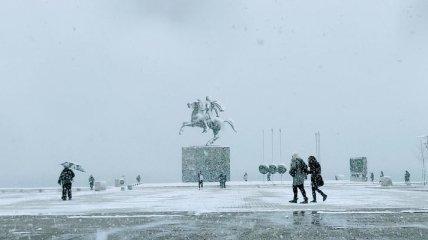 Сильный снегопад в Салониках парализовал работу аэропорта и транспорта
