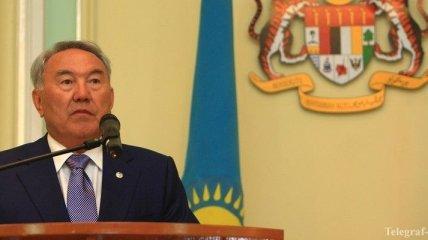 Президент Казахстана поздравил Порошенко и пожелал украинцам мира