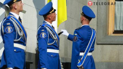 Возле Верховной Рады торжественно подняли флаг Украины - фоторепортаж