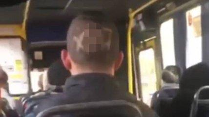 Мужчина проехался в общественном транспорте с ругательным словом на голове