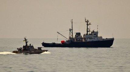 Корабль ВМС Украины в Азовском море сопровождали три корабля ФСБ