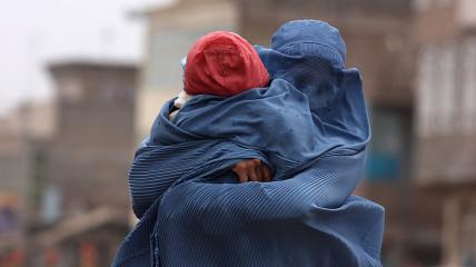 Афганська жінка з дитиною