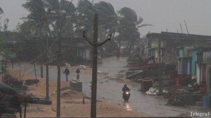 """Мощный циклон """"Гаджа"""" обрушился на юг Индии, есть жертвы"""