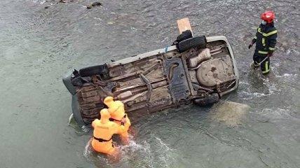 На Львовщине  Skoda Octavia слетела с моста в реку, есть погибший: фото с места трагедии