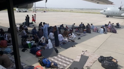Граждане ожидают посадку в украинский самолет в Кабуле